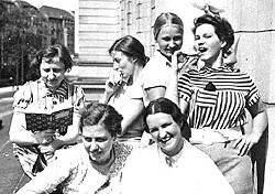 Charlotte Salomon (oben, 2. von rechts) mit Kommilitoninnen